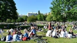 Des Suédois profitent du beau temps le 30 mai 2020 dans un parc de Stockholm. Le pays n'a connu aucune mesure de confinement.