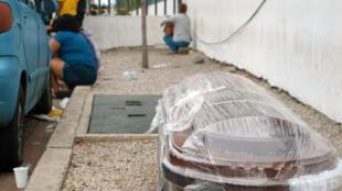 Un ataúd envuelto en plástico, fotografiado en una acera en el exterior de un hospital en Guayaquil, Ecuador, el 1 de abril de 2020