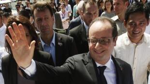 François Hollande cumprimenta os moradores de Guiuan.