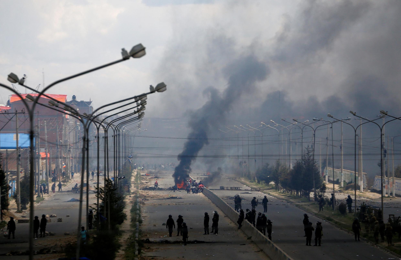 Đụng độ nổ ra khi cảnh sát và quân đội can thiệp tại một nhà máy lọc dầu bị phong tỏa ở El Alto, Bolivia, ngày 19/11/2019.