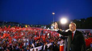 Tổng thống Thổ Nhĩ Kỳ Recep Tayyip Erdogan chào những người ủng hộ biểu tình trên cầu bắc qua sông Bosphore, Istanbul, ngày 15/07/2017.