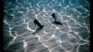 Sapatos e ondulações aquáticas inspiraram o artista Marco Zink.