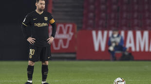 Lionel Messi resopla durante el partido de cuartos de final de la Copa del Rey entre el Granada y el FC Barcelona disputado el 3 de febrero de 2021 en la ciudad andaluza