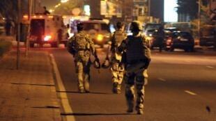 Des soldats européens patrouillent dans une rue de Bamako, non loin de l'hôtel Nord Sud où s'est déroulé l'attaque, lundi 21 mars 2016.
