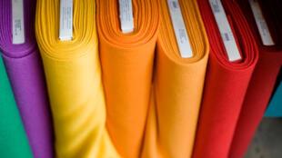 Des rouleaux de tissu.