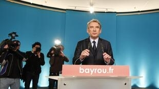 Centrist Bayrou says he will vote Hollande on Sunday