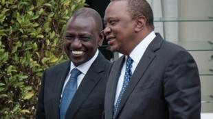 Le président kényan Uhuru Kenyatta (D) et le vice-président Williame Ruto.