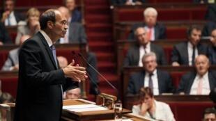 O ministro francês do Trabalho, Eric Woerth, defende na Assembleia o projeto de reforma da aposentadoria