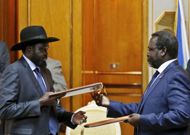 Riek Machar akiwa na mpinzani wake Rais Salva Kiir, baada ya kutia saini mkataba wa amani, Mei 9, 2014