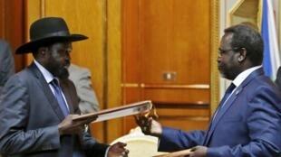 Rais Salva Kiir (Kushoto) akiwa na mpinzani wake na kiongozi wa waasi Riek Machar (Kulia)
