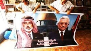Dans une échoppe de Gaza, un poster représentant le leader du Hamas Ismaïl Haniyeh (G) et le président palestinien Mahmoud Abbas.