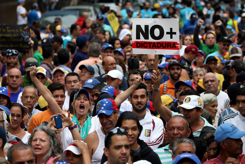 Protestos contra Nicolas Maduro nas ruas de Caracas.