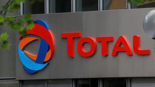 Le logo du géant pétrolier français Total, dans le quartier des affaires et des finances de La Défense à Courbevoie, près de Paris, en France.