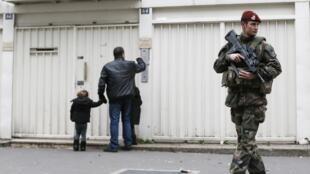 Un soldat français sécurise une école juive à Paris, le 12 janvier 2014.