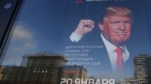 Một cửa hàng của quân đội Nga quảng cáo giảm giá 10% cho khách mua người Mỹ, nhân ngày Donald Trump nhậm chức tổng thống, 20/01/2017.