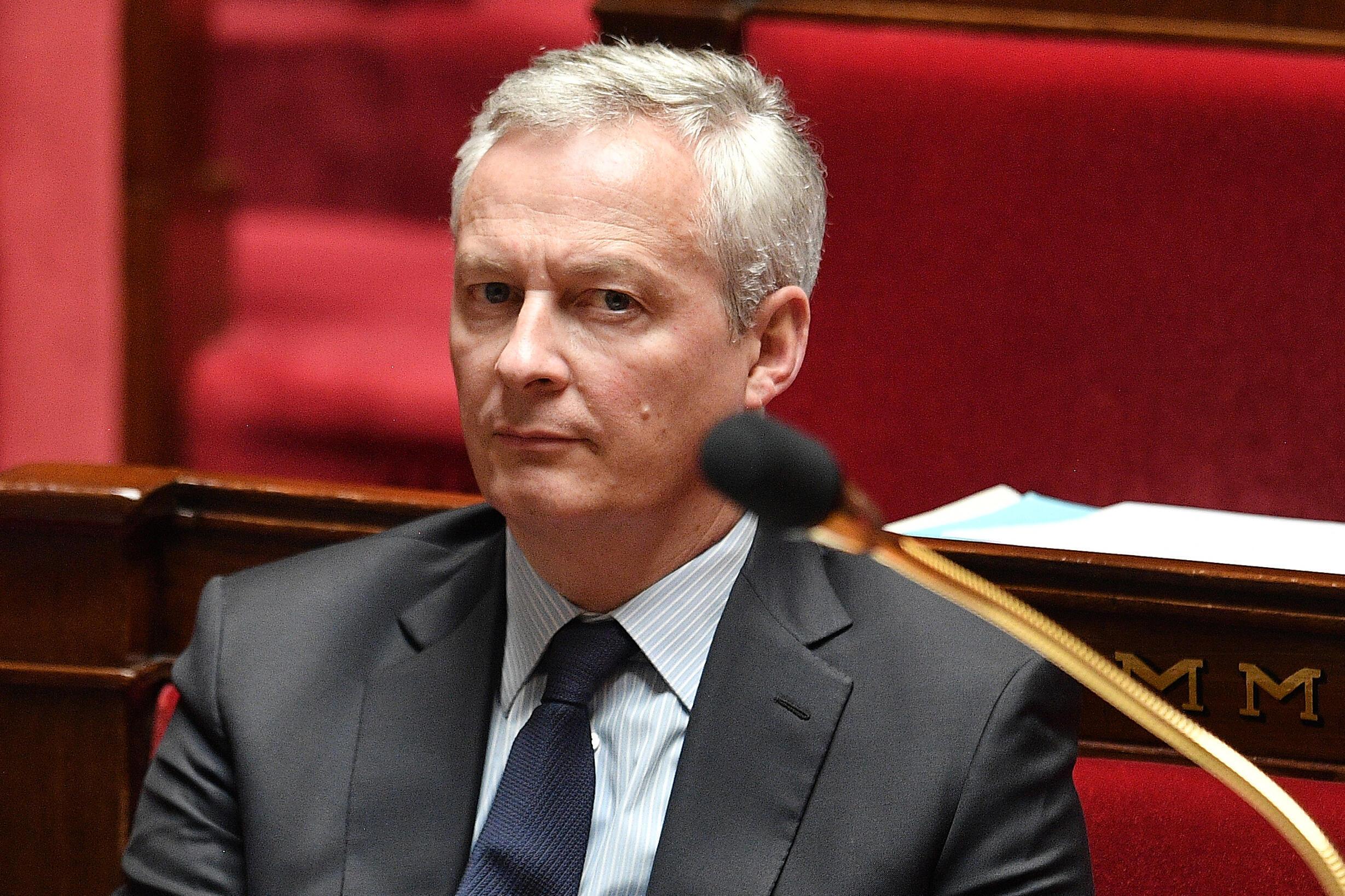 Bruno Le Maire asiste a la sesión parlamentaria en que el primer ministro francés, Edouard Philippe, presentó el plan gubernamental para el fin del confinamiento, el 28 de abril de 2020 en París