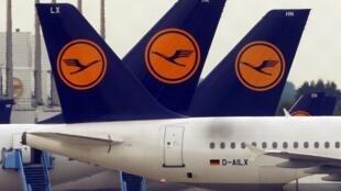 Os pilotos da companhia aérea alemã Lufthansa fazem greve por 15 horas nesta terça-feira (30).