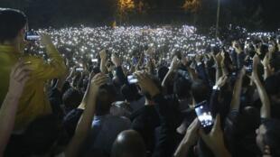 Des Arméniens observent une minute de silence en hommage à Charles Aznavour le 2 octobre 2018 à Erevan.