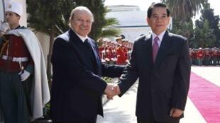 ប្រធានាធិបតីអាល់ហ្សេរី  Abdoulaziz Bouteflika (ឆ្វេង) និងសមភាគីវៀតណាម  Nguyen Menh Triet នៅវិមានប្រធានាធិបតីក្រុងអាល់ហ្សេ ឆ្នាំ២០១០