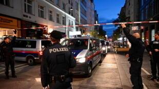 Cảnh sát ngăn chặn một phố sau khi xẩy ra vụ nổ súng tại Vienna, Áo, ngày 03/11/2020.