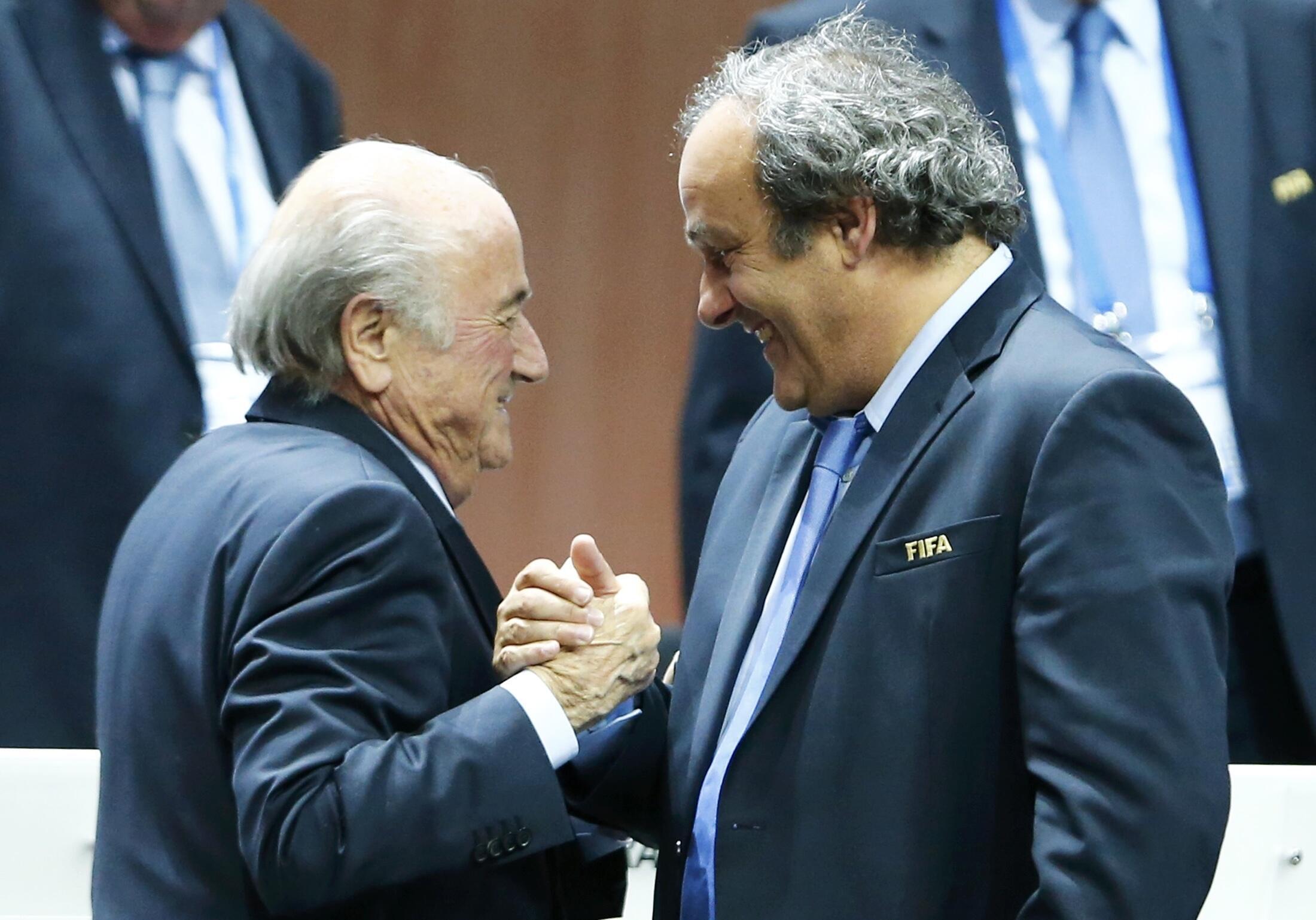 Bien qu'adversaire déclaré à sa réélection, Michel Platini (d) félicite le président de la Fifa Sepp Blatter après le vote, vendredi 29 mai à Zurich.