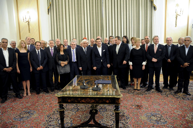 Alexis Tsipras, no centro, posa com sua equipe ministerial no palácio do governo em Atenas