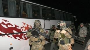 Ônibus com rebeldes prestes a serem trocados por soldados do exército ucraniano.