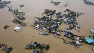 Les pluies ont fait sortir la rivière Yabegawa de son lit, près de Fukukoa.