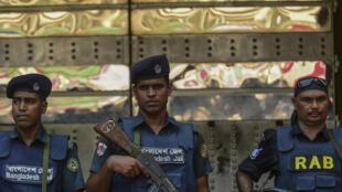 Cảnh sát Bangladesh trong chiến dịch truy quét những kẻ cực đoan.