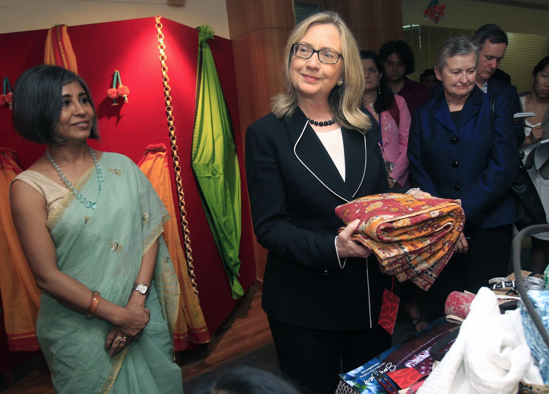 Ngoại trưởng Mỹ Hillary Clinton cầm tấm vải choàng Sari khi đến thăm một triển lãm chống tệ nạn buôn người, Calcutta, Ấn Độ, 06/05/2012