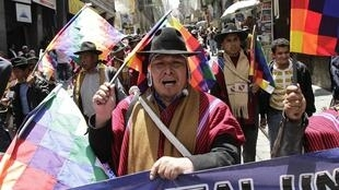 Marche d'indigènes boliviens à La Paz, en opposition à la construction d'une autoroute traversant des territoires protégés de la forêt amazonienne. Photo du 30 septembre 2011.