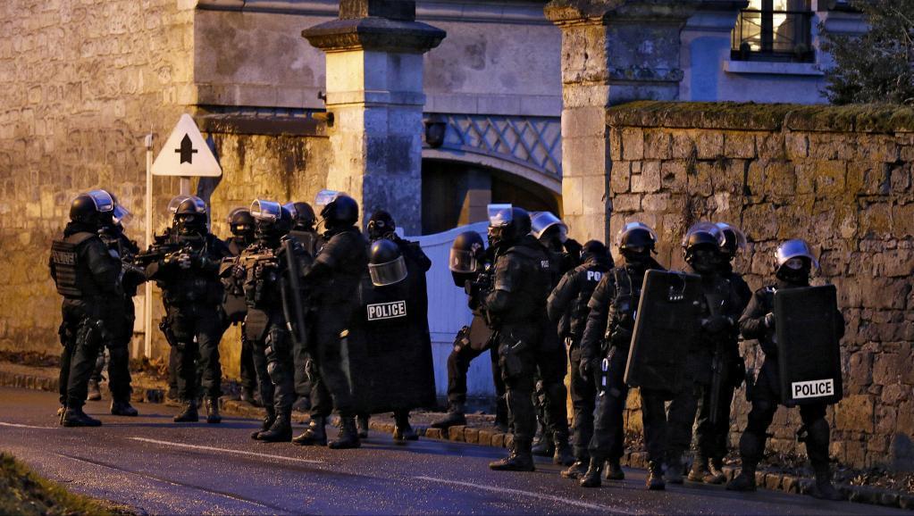 Agentes da polícia francesa fecham o cerco contra os autores do atentado ao Charlie Hebdo