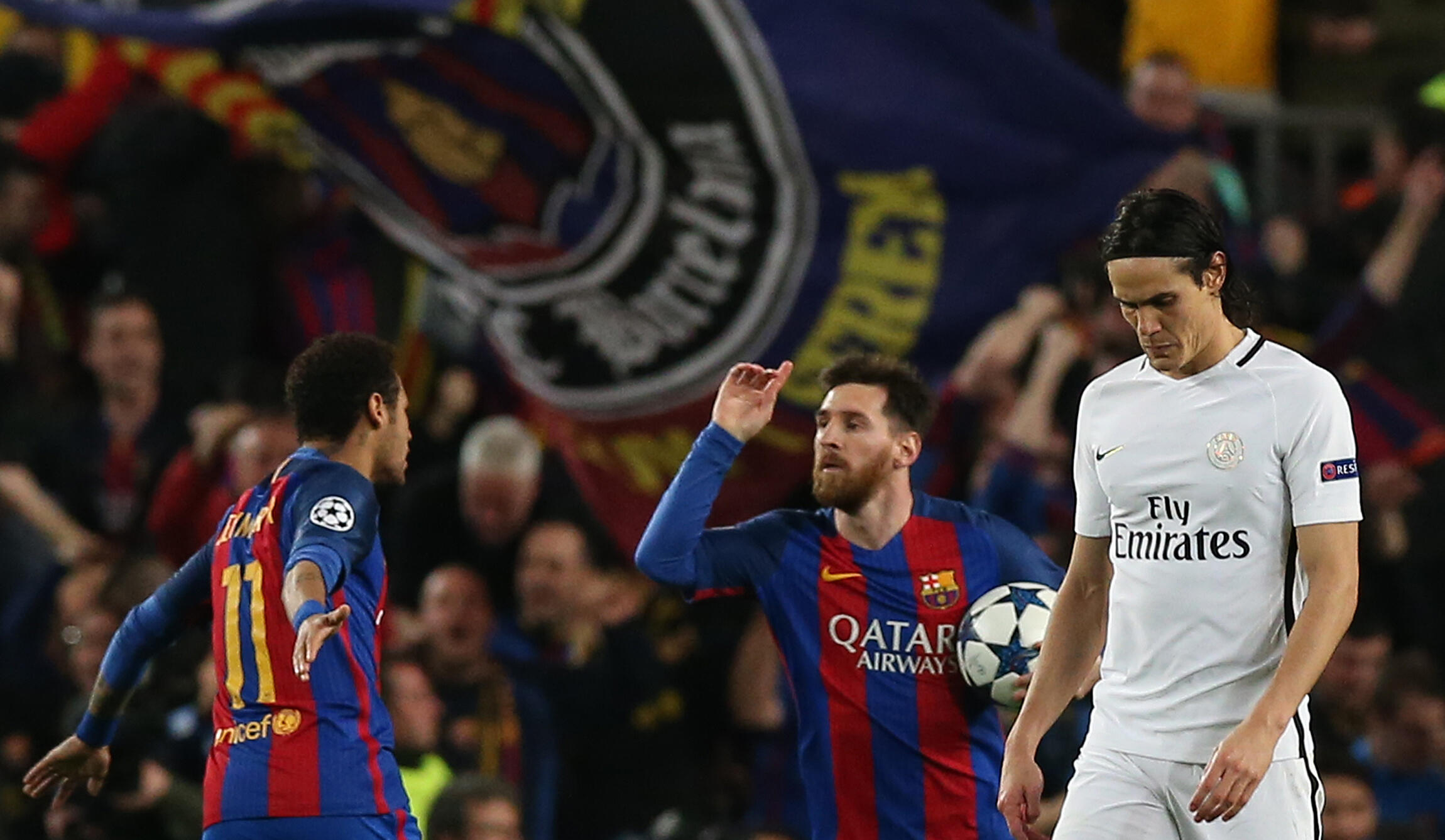 Edinson Cavani (direita), avançado do PSG, marcou um golo que foi insuficiente frente ao Barcelona do avançado brasileiro Neymar (esquera) e do avançado argentino Lionel Messi (centro).