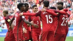 Festejos dos jogadores portugueses que alcançaram a medalha de bronze ao vencer por 2-1 o México, após prolongamento, na Taça das Confederações.