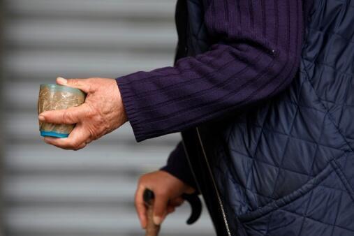 Une mendiante dans les rues de Turin.