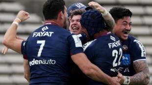 La joie du demi d'ouverture de Bordeaux-Bègles, Matthieu Jalibert (c), et de ses coéquipiers, après leur victoire dans le temps additionnel, 24-21 face au Racing 92, lors du quart de finale de la Coupe d'Europe, le 11 avril 2021 au stade Chaban-Delmas