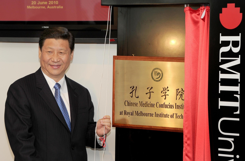 中国主席习近平在澳大利亚替第一家中医孔子学院匾额揭幕  2010年6月20日墨尔本