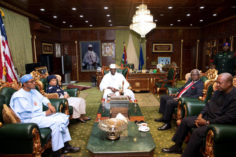 Le président gambien Yahya Jammeh, lors d'une réunion avec une délégation de chefs d'Etat africains, en médiation sur la crise post-électorale gambienne, à Banjul, le 13 décembre 2016.