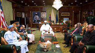 Yahya Jammeh, alors président de la Gambie, ici lors d'une réunion avec une délégation de chefs d'Etat africains, en médiation sur la crise post-électorale gambienne, à Banjul, décembre 2016.