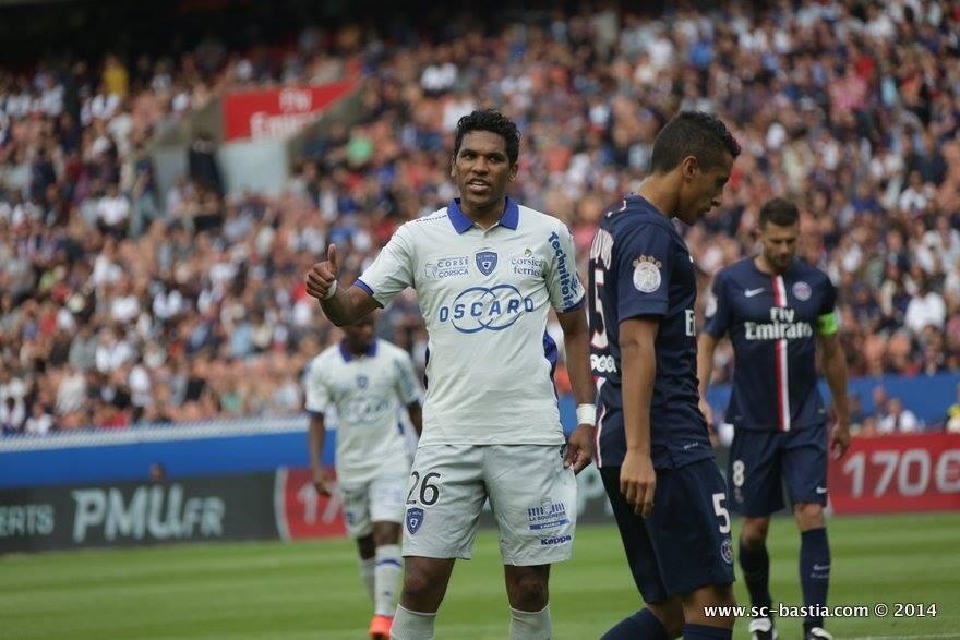 O brasileiro Brandão, recém-contratado pelo Bastia durante jogo contra o PSG.