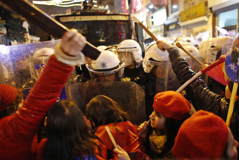 Les manifestantes face à la police à Istanbul, à l'occasion de la journée internationale des femmes, le 8 mars 2014.