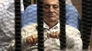 Housni Mubarak poderá ser liberado nas próximas 24 horas. Nesta foto do dia 15 de abril de 2013, ele se encontra numa delegacia de polícia no Cairo.