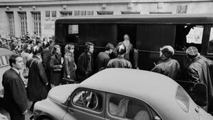 Los estudiantes que ocupan la Sorbona el 3 de mayo de 1968 son evacuados por la policía y muchos son arrestados.