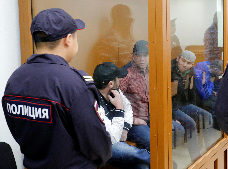 Обвиняемые в убийстве Бориса Немцова на скамье подсудимых Московского окружного военного суда, 3 октября 2016.
