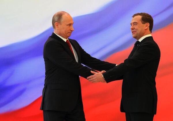 Rais Mpya wa Urusi Vladmir Putin akipongezwa na waziri mkuu wake Dimitry Medvedev