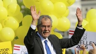 Alexander Van der Bellen, a former leader of the leftist Greens party now running as an independent, waves to supporters as he arrives for his final election rally ahead of Austrian presidential election in Vienna, May 20, 2016.