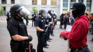 Манифестанты и полиция в Денвере. 30 мая 2020 г.
