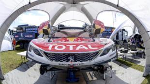 Un véhicule de l'équipe Peugeot Total en préparation pour le rallye Dakar 2017, le 31 décembre 2016.