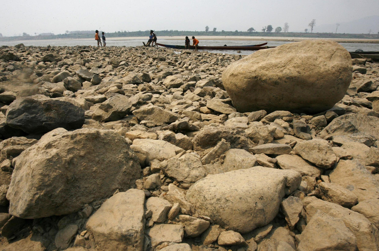 Nước sông Mêkông tại tỉnh Chiang Rai (Thái Lan) xuống thấp đến mức kỷ lục . Ảnh chụp ngày 11/3/2010.