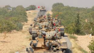 Tanques turcos avanzan hacia la ciudad de Jarablos en la frontera turco-siria, el 24 de agosto de 2016.
